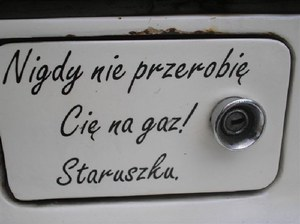 Napisy i nalepki na polskich autach mają nieco inny charakter...