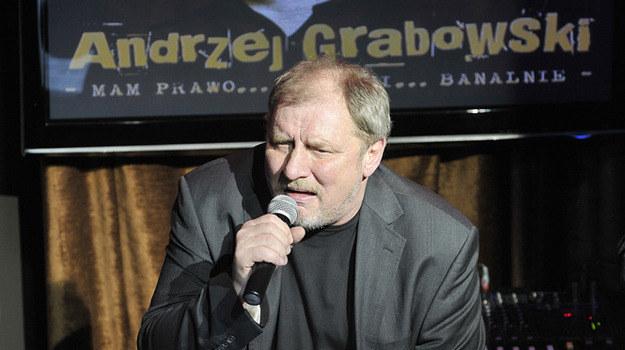 """O tym, że Andrzej Grabowski, czyli Ferdynand Kiepski ze """"Świata według Kiepskich"""", jest świetnym aktorem, nikogo nie trzeba przekonywać. O tym, czy jest także dobrym wokalistą, każdy może przekonać się osobiście, słuchając jego debiutanckiej płyty zatytułowanej """"Mam prawo... czasami... banalnie"""" /Agencja W. Impact"""