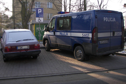 Policyjne radiowozy często parkują na miejscu dla inwalidów