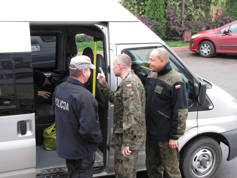 Polscy biegli i prokuratorzy na lotnisku w Smoleńsku /Przemysław Marzec /RMF FM