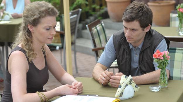 Proponuję układ: Anna oświadczy Markowi, że sprzedała ziemię i ma pieniądze, które zabezpieczyłyby jego dzieci. Dlatego proponuje mu białe małżeństwo. /Agencja W. Impact