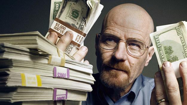 Przestępczy proceder okazał się dla Waltera White'a (Bryan Cranston) bardzo opłacalny /materiały prasowe