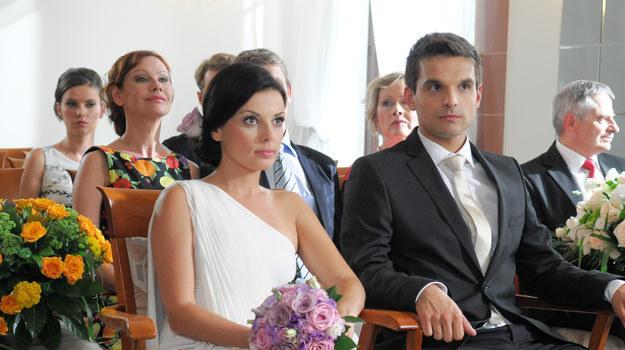 """Ślub cywilny Kasi i Ksawerego zobaczyliśmy w 659. odcinku """"Barw szczęścia"""" (emisja w poniedziałek 28 listopada). /Agencja W. Impact"""