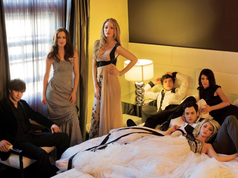 Super dziewczyny- Leighton Merser, Blake Lively (Stowarzyszenie wędrujących dżinsów) i Taylor Momsen - pokazują się tylko w towarzystwie złotych chłopców Nowego Jorku - Eda Westwicka, Chace'a Crawforda i Penna Badgleya. /materiały prasowe