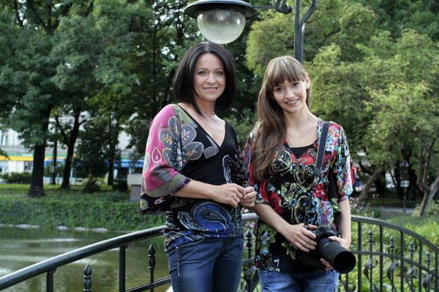 """W serialu gościnnie wystąpiła Ewa Drzyzga. Twórcy """"Majki"""" nawet wtedy zwracali uwagę na realizatorskie szczegóły. Tu : krakowskie Planty. /Agencja W. Impact"""