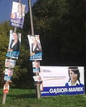W tym roku przeważają zdjęcia kandydujących do Sejmu i Senatu kobiet. Może to efekt wprowadzenia męsko-damskiego parytetu, a może... /Fot. DCM /poboczem.pl