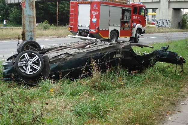 W tym wypadku śmierć ponieśli trzej młodzi ludzie, dwaj pasażerowie i kierowca bmw, a czwarty, prawdopodobnie jedyny bez zapiętych pasów bezpieczeństwa, wyszedł z niego bez szwanku /PAP