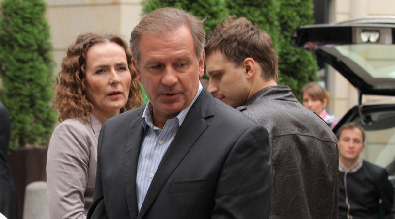 Żona Mrugały (Bożena Krzyżanowska) i syn (Sławomir Doliniec) są wstrząśnięci zbrodnią i ujęciem zabójcy. /Agencja W. Impact