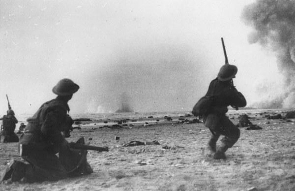 Bombardowania na plażach Dunkierki. Brytyjski żołnierz strzela do niemieckiego bombowca /Grierson/Getty Images
