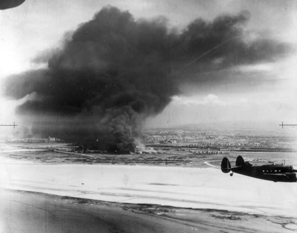 Samoloty lockheed hudson brytyjskiego Dowództwa Obrony Wybrzeża przelatują ponad płonącymi zbiornikami z paliwem pod Dunkierką /Keystone/Getty Images