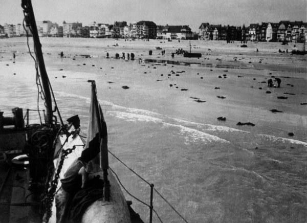 Na plażach Dunkierki. Atakowani przez Niemców, brytyjscy i francuscy żołnierze porzucają na piasku płaszcze i ekwipunek, chroniąc się w wodzie /Hulton Archive/Getty Images