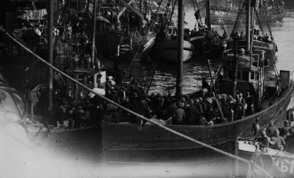 Flotylla małych łodzi z ewakuowanymi spod Dunkierki żołnierzami /Hulton Archive/Getty Images)