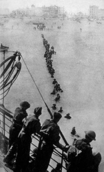 Sznur aliankich żołnierzy próbujących dosrtać się na pokład okrętu /Bert Hardy/Keystone/Getty Images)