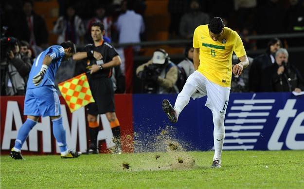 Andre Santos kopie ziemię po niewykorzystaniu rzutu karnego /AFP
