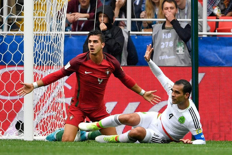 Andre Silva (z lewej) i Rafael Marquez po faulu w polu karnym /AFP