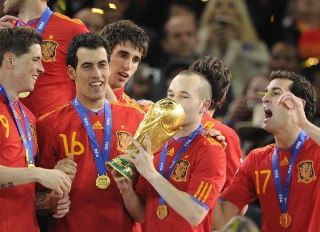 Andres Iniesta całuje Puchar Świata /AFP