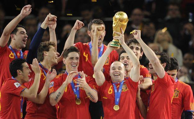 """Andres Iniesta trzyma Puchar Świata, a teraz dostanie """"Złotą Piłkę""""? /AFP"""