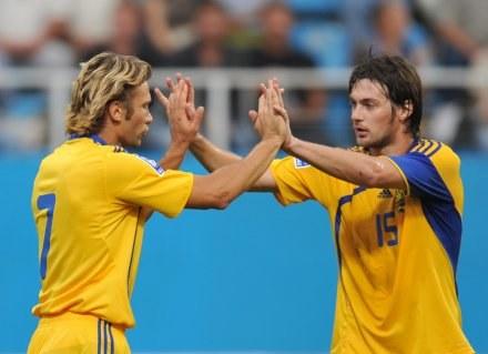 Andrij Szewczenko (z lewej) poprowadził Ukrainę do zwycięstwa z Andorą. /AFP
