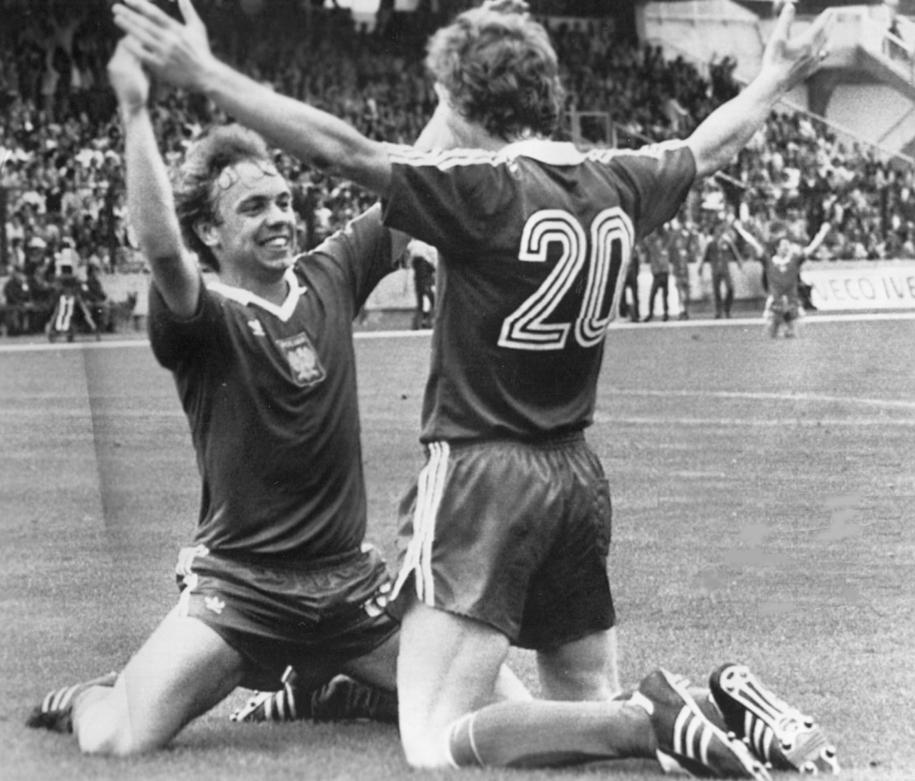 Andrzej Buncol (po lewej) i Zbigniew Boniek w meczu z reprezentacją Peru na MŚ 1982 w Hiszpanii /Adam Hawałej /PAP