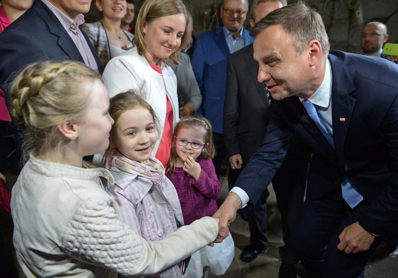 Andrzej Duda podczas wizyty w gospodarstwie rolnym państwa Jakubczaków w Dylewie /Marcin Obara /PAP