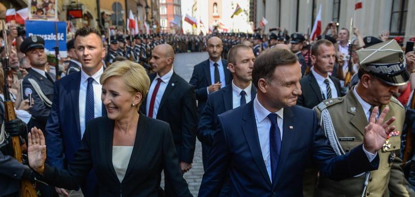 Andrzej Duda z żoną w drodze do Zamku Królewskiego /Jakub Kamiński   /PAP