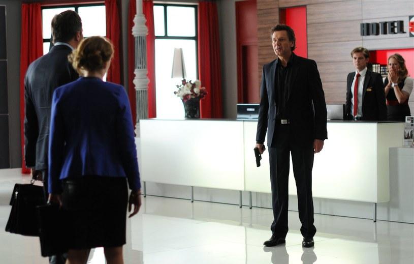 Andrzej, mimo że zawiódł się na Edycie, umawia się z nią na spotkanie w Hotelu 52. Ma nadzieję, że teraz gdy Edyta ujawniła się i opowiedziała Andrzejowi o przekręcie, pomoże mu wyjść z opresji. /Polsat
