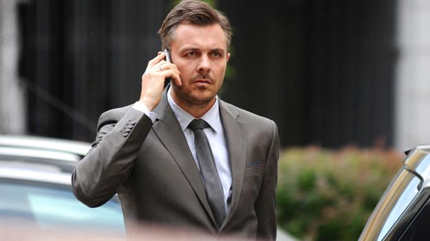 Andrzej, na polecenie Aleksandra, dzwoni do Natalii (Laura Samojłowicz), aby zaproponować swoją kandydaturę na stanowisko menadżera Hotelu 52. /materiały prasowe