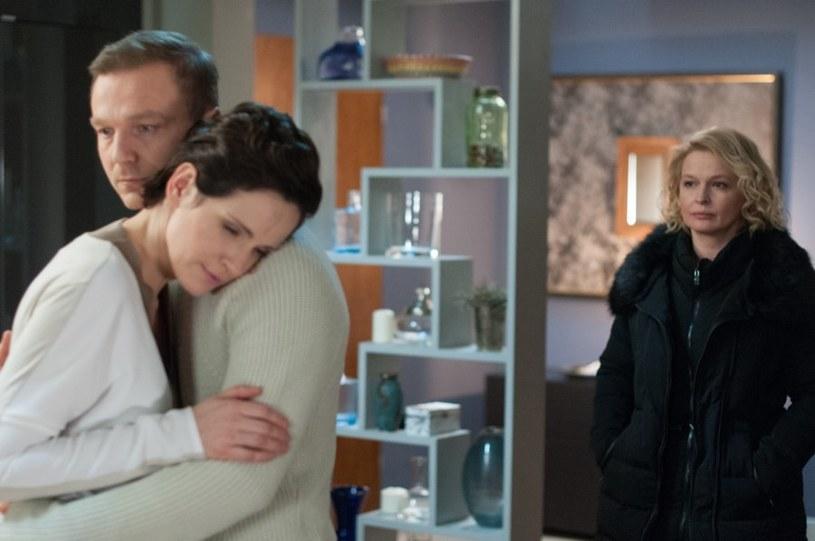 Andrzej znalazł w Soni pokrewną duszę. Kobieta chciałaby zająć miejsce Marty u jego boku, jednak adwokat nie chce niszczyć swojej rodziny. /Agencja W. Impact
