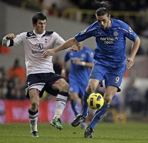 Andy Carroll nie będzie na razie grał w jednym klubie z Garethem Bale /AFP