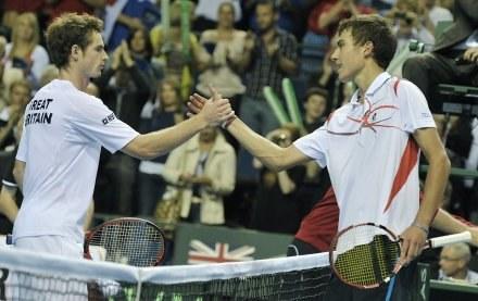 Andy Murray (z lewej), wygrał dwa single, w tym z Jerzym Janowiczem, ale to było za mało /AFP