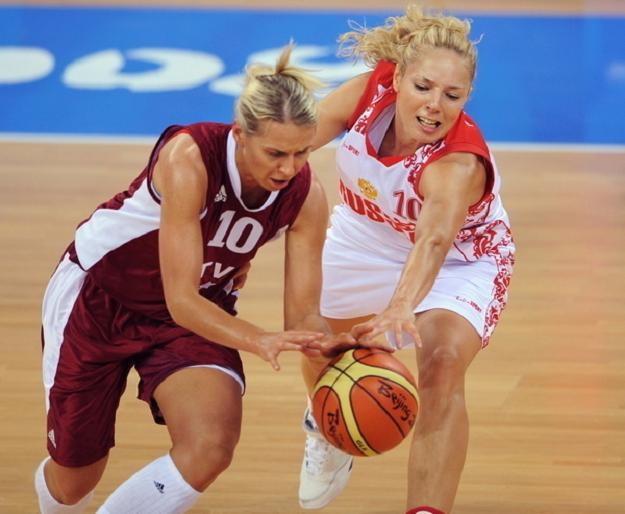 Anete Jekabsone-Zogota (z lewej) /AFP