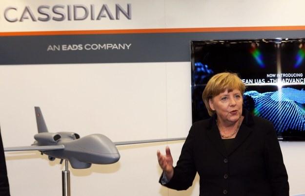 Angela Merkel na tle Cassidian /AFP
