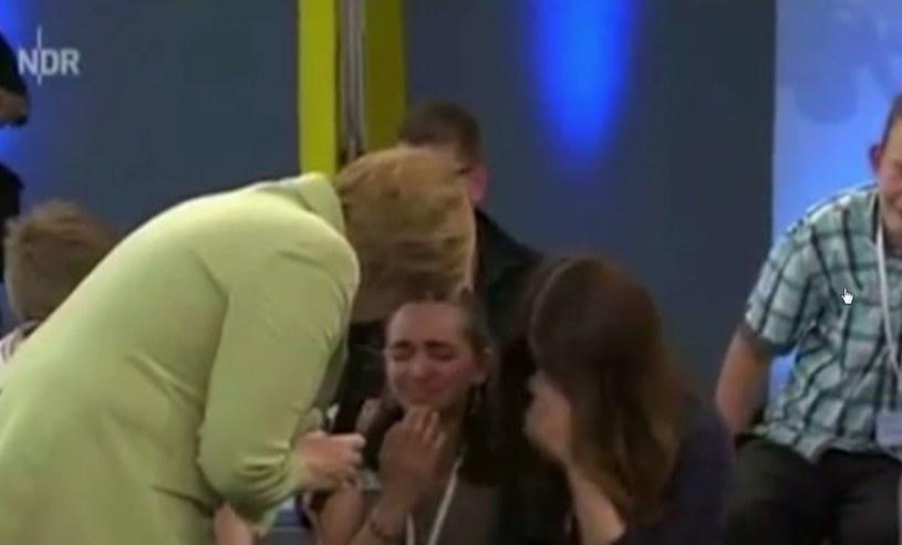 Angela Merkel pociesza nastolatkę, której rodzina ma być deportowana z Niemiec /YouTube