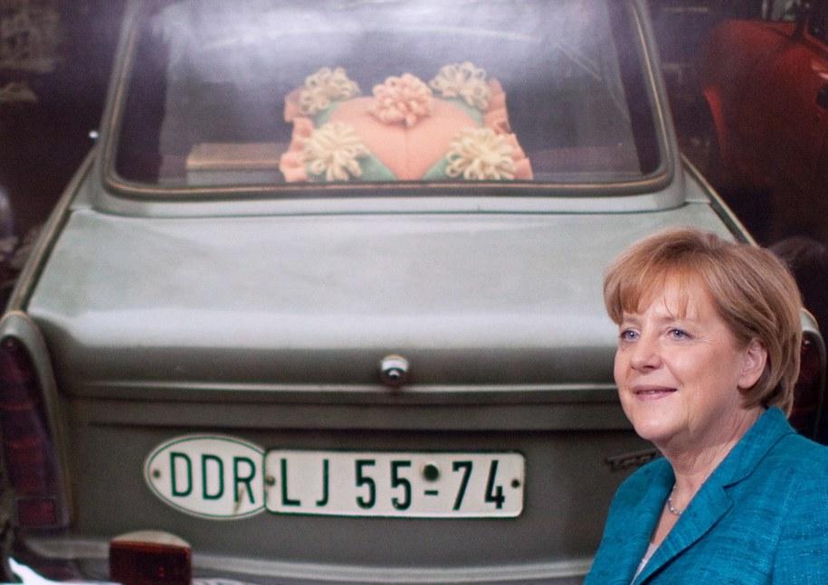 Angela Merkel przed fotografią trabanta w Niemieckim Muzeum Historycznym w Berlinie, maj 2011 /MICHAEL KAPPELER /PAP/EPA