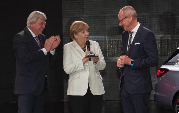 Angela Merkel z modelem Opla Astry w kolorze swojej marynarki /
