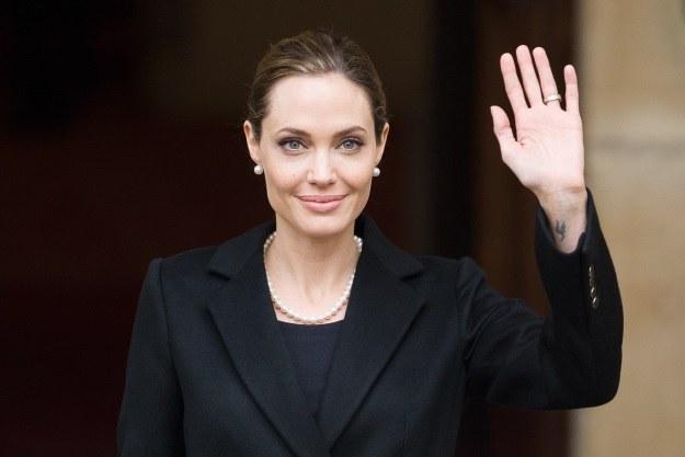Angelina Jolie - po dokonaniu mastektomii, jeszcze przed rekonstrukcją piersi. Zdjęcie wykonane podczas szczytu G8 /AFP