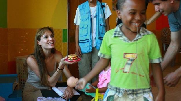 Angelina Jolie podczas wizyty w Ekwadorze /Splashnews