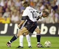 Angulo walczy o piłkę z Zidane'm