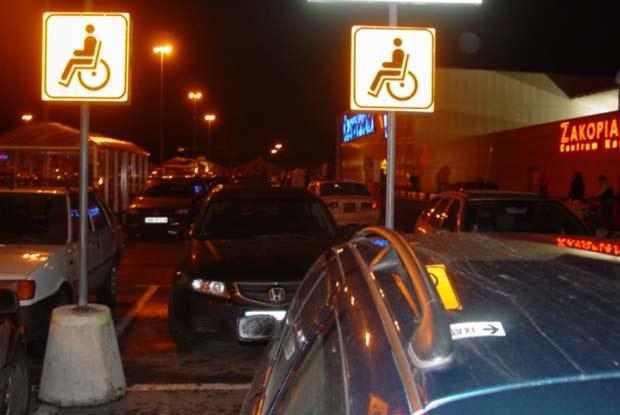 Ani jeden ze stojących tu samochodów nie miał inwalidzkiej plakietki / kliknij /INTERIA.PL