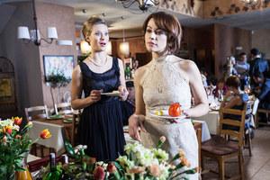 Anita (Julia Pietrucha) zepsuje Karolinie (Magdalena Turczeniewicz) dobrą zabawę. Dojdzie do awantury? /fot  /materiały prasowe
