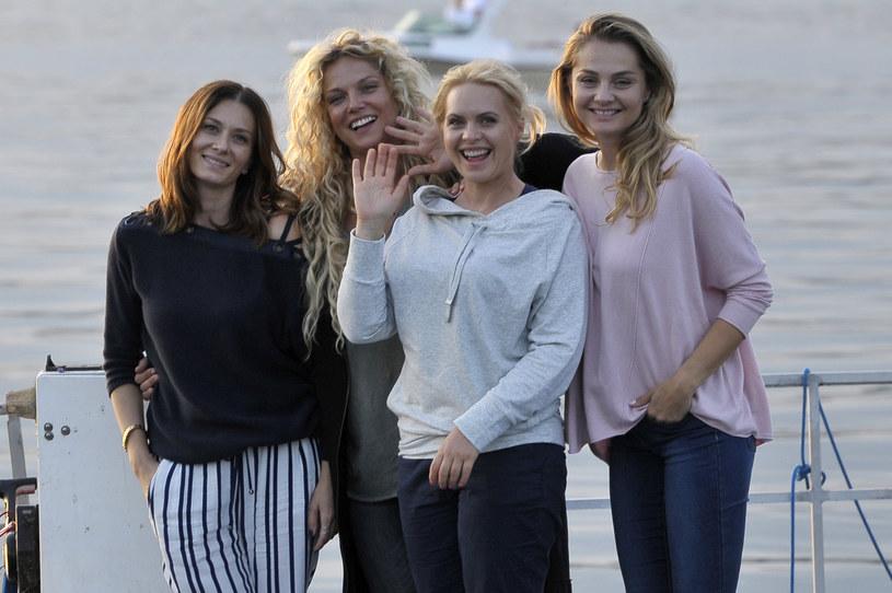"Anita Sokołowska, Joanna Liszowska, Magdalena Stużyńska i Małgorzata Socha na planie serialu ""Przyjaciółki"" /AKPA"