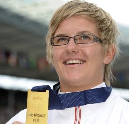 Anita Włodarczyk z dumą prezentuje złoty medal mistrzostw świata /AFP