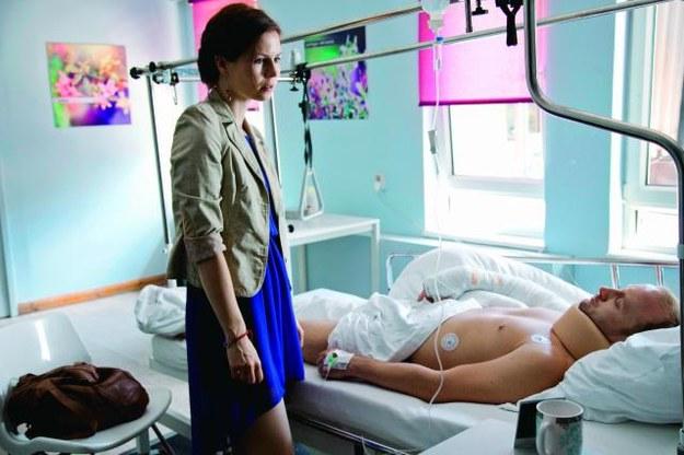 Anka (Magdalena Kumorek) ma nadzieję, że po wybudzeniu ze śpiączki Jerzy (Borys Szyc) będzie pamiętał, ile dla siebie znaczyli. /Mat. Prasowe