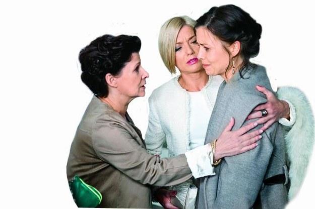 Anka zawsze może liczyć na wsparcie swojej mamy (Dorota Kolak) i najlepszej przyjaciółki Poli (Edyta Olszówka). /Mat. Prasowe