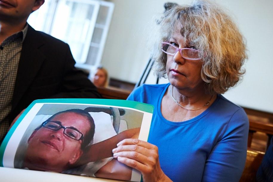 Ann-Katrin Berggren ze zdjęciem swojej córki Christiny Hedlund przed operacją /Adam Warżawa /PAP