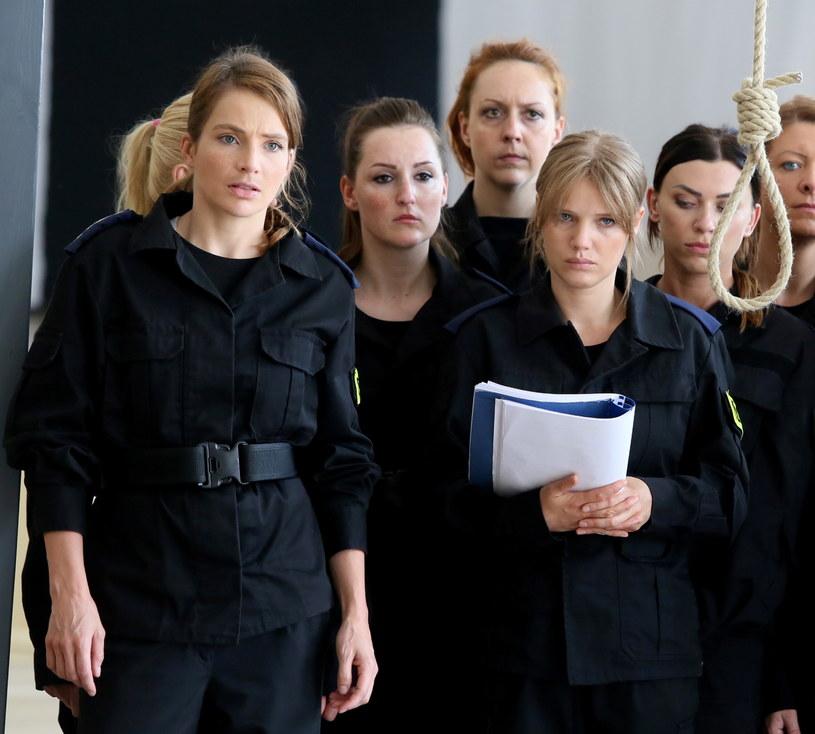 """Anna Dereszowska i Joanna Kulig na planie filmu """"Pitbull. Niebezpieczne kobiety"""" /Tomasz Gzell /PAP"""