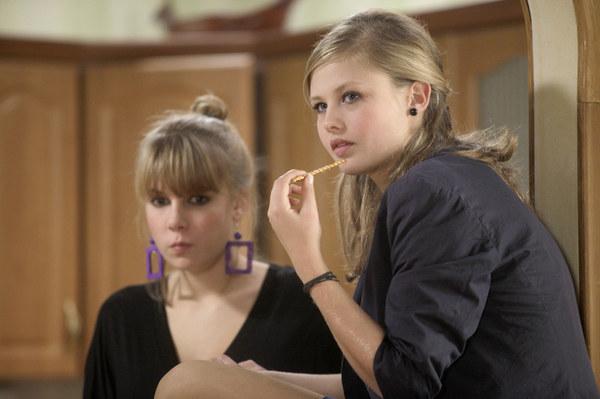 """Jako nastolatka wystąpiła w """"Na Wspólnej"""", gdzie zagrała szkolną koleżankę serialowej Oli (Marta Wierzbicka). Później przyszedł czas na kino i jej rolę w kontrowersyjnym filmie """"Galerianki"""". Czy miała opory, żeby wcielić się w dziewczynę, która swoje potrzeby zaspokaja dzięki sponsorom? - Miałam 16 lat i bez wahania zgodziłam się na wszystko, co ta rola ze sobą niosła. Rodzice wierzą w moje decyzje, ale oczywiście zwrócili mi uwagę, że mogę mieć problemy z odwagą na planie przy scenach erotycznych. Pytali reżyserkę jak te sceny mają być pokazane itd. A ja i tak bardzo chciałam zagrać. Ta rola była dla mnie wyzwaniem, nauką i dała mi odwagę do przełamania swoich lęków i barier. Jeśli kobieta jest aktorką, to jej ciało jest narzędziem i gra całą sobą! – zdradziła Karczmarczyk w jednym z wywiadów."""