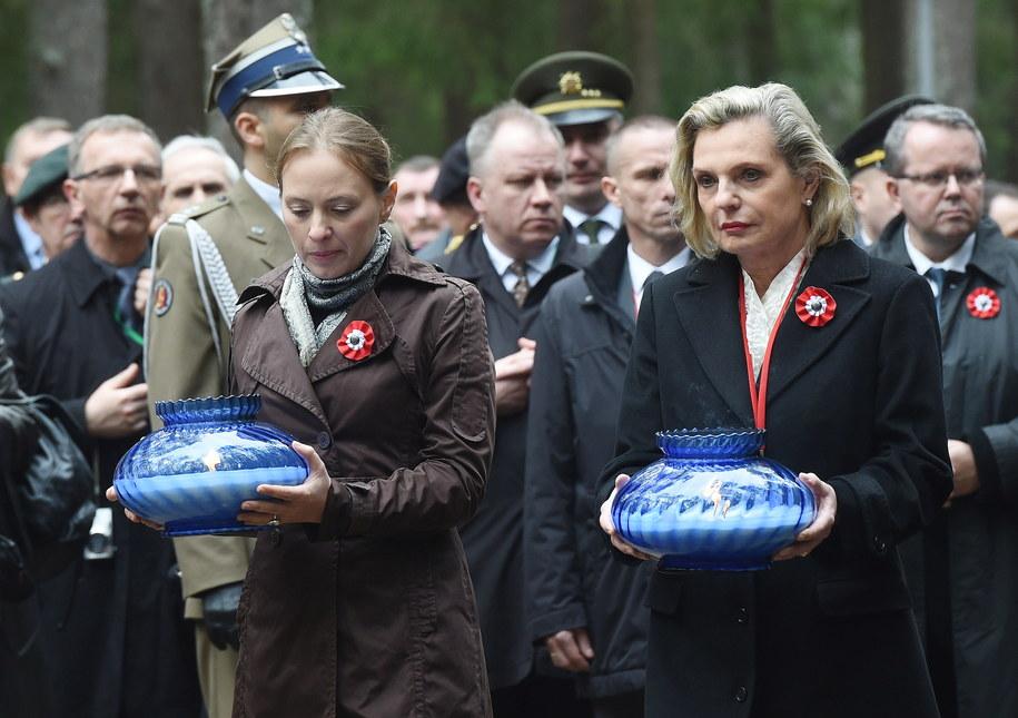 Anna Maria Anders i ambasador Polski w Rosji Katarzyna Pełczyńska-Nałęcz podczas uroczystości 76. rocznicy zbrodni katyńskiej w Katyniu /Radek Pietruszka /PAP