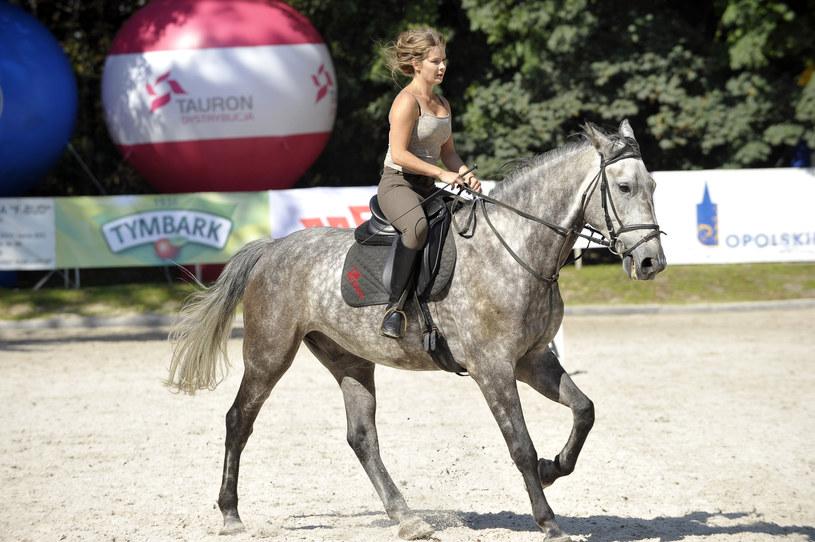Anna Powierza jest jednym z najlepszych jeźdźców wśród aktorów /Baranowski /AKPA