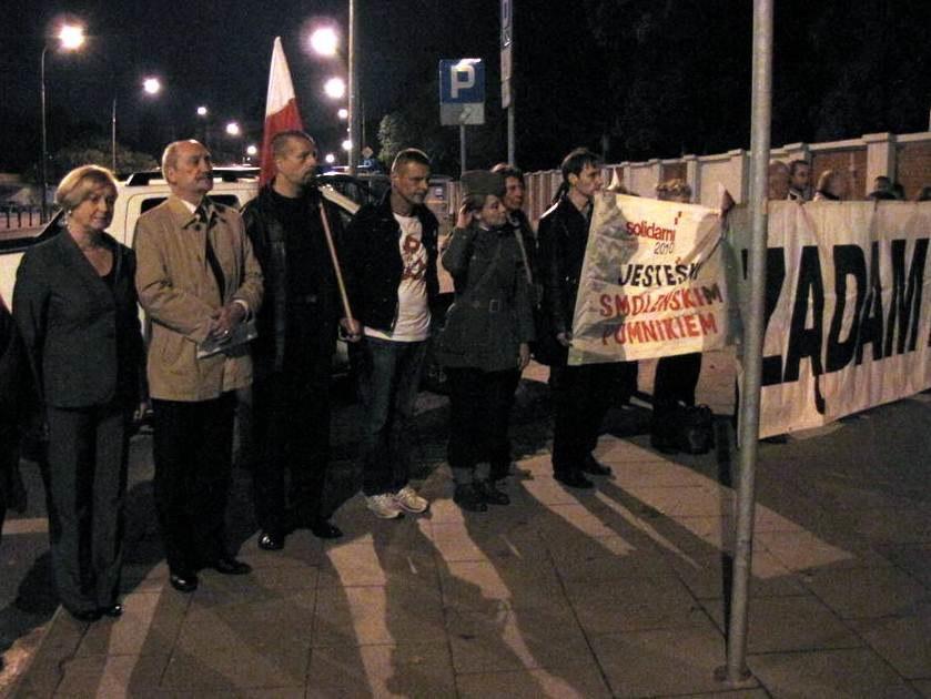 Antoni Macierewicz i Anna Fotyga wśród osób protestujących przed cmentarzem /Krzysztof Zasada /RMF FM